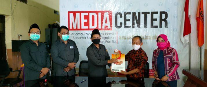 Drs.Talkah,M.Pd selaku Wakil Rektor IV menandatangani MoA dengan BAWASLU Kota Kediri