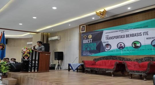"Yosef Cahyo S.P, ST.MT.M.Eng selaku Dekan Fakultas Teknik memberikan sambutan dalam Kuliah Tamu berteema ""Transportasi Berbasis ITE""."